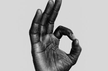 рука с пальцами окей